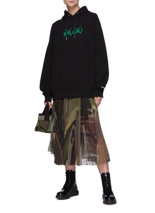 模特儿示范图 - 点击放大 - SACAI - X KAWS中性款品牌名称纯棉连帽卫衣