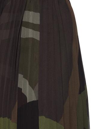 - SACAI - X KAWS腰带迷彩图案百褶雪纺半裙
