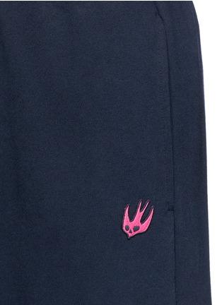细节 - 点击放大 - MC Q - 燕子刺绣徽章装饰混棉长裤