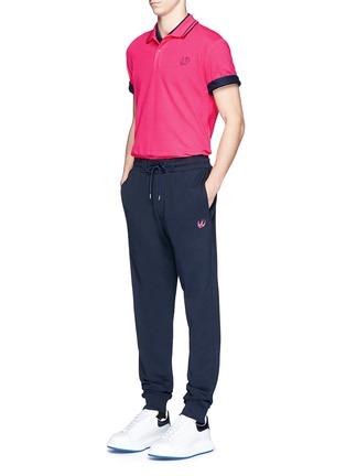 模特儿示范图 - 点击放大 - MC Q - 燕子刺绣徽章装饰混棉长裤
