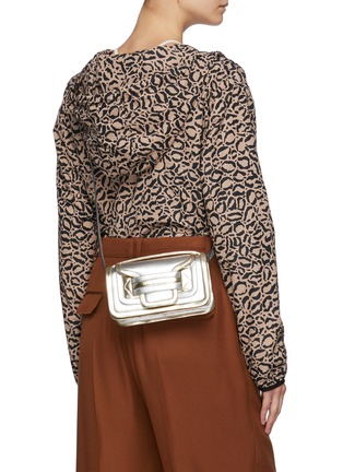 模特儿示范图 - 点击放大 - PIERRE HARDY - LA MAILLE RISOUL仿两件式半开襟大翻领针织衫