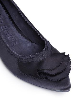 细节 - 点击放大 - PEDRO GARCÍA - ALBANY层次荷叶边缎面尖头平底鞋