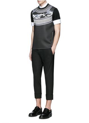 模特儿示范图 - 点击放大 - NEIL BARRETT - 迷彩及头巾印花太空棉T恤