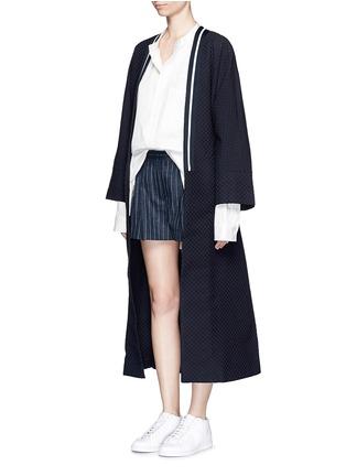 模特示范图 - 点击放大 - FFIXXED STUDIOS - 波点装饰纯棉大衣