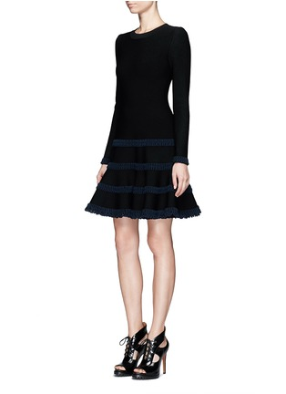 模特儿示范图 - 点击放大 - AZZEDINE ALAÏA - Frise镂空条带装饰混羊毛喇叭连衣裙