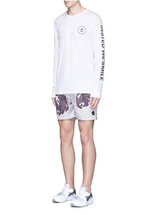 模特示范图 - 点击放大 - INSTED WE SMILE - 品牌标志纯棉T恤
