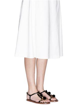 模特示范图 - 点击放大 - DOLCE & GABBANA - 绒球花卉装饰平底凉鞋
