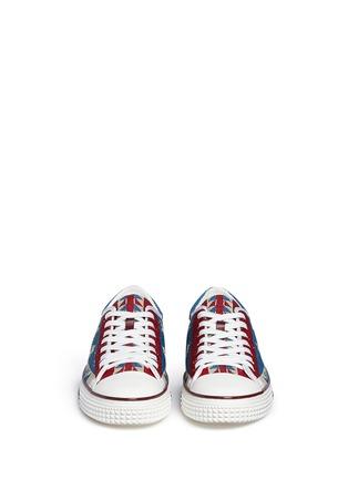 模特示范图 - 点击放大 - VALENTINO - 星星几何珠饰帆布鞋