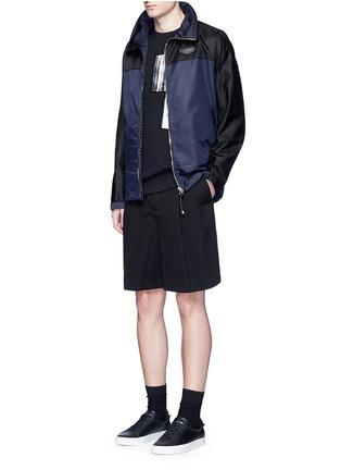 模特儿示范图 - 点击放大 - GIVENCHY - 拼色连帽尼龙外套