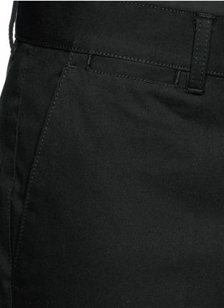 细节 - 点击放大 - GIVENCHY - 小牛皮徽章纯棉斜纹长裤