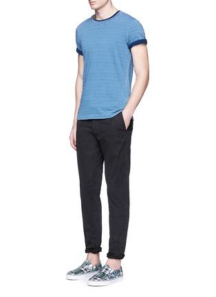 模特儿示范图 - 点击放大 - SCOTCH & SODA - STUART修身腰带棉质长裤