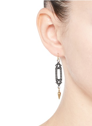 模特示范图 - 点击放大 - LULU FROST - 几何仿水晶尖钉垂坠耳环