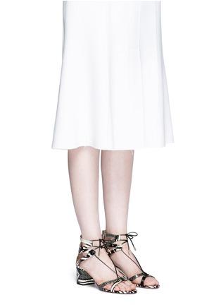 模特示范图 - 点击放大 - AQUAZZURA - Beverly Hills交叉系带蛇皮粗跟鞋