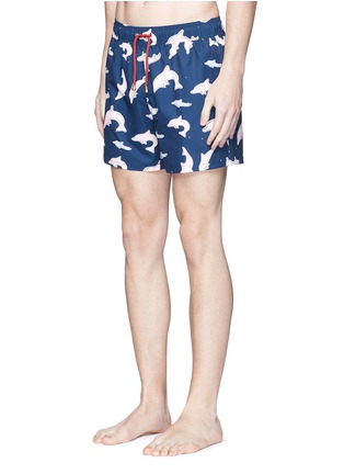 模特儿示范图 - 点击放大 - MĀZŬ - TAI O海豚印花游泳短裤