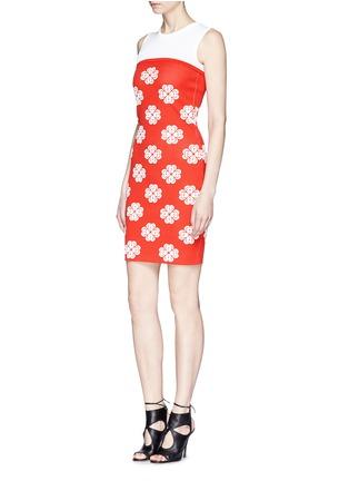 模特示范图 - 点击放大 - Alexander McQueen - Flower jacquard knit skater dress