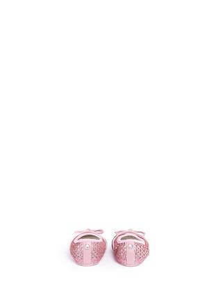 背面 - 点击放大 - STUART WEITZMAN - BABY PERF幼儿款闪粉镂空蝴蝶结平底鞋