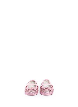 模特儿示范图 - 点击放大 - STUART WEITZMAN - BABY PERF幼儿款闪粉镂空蝴蝶结平底鞋