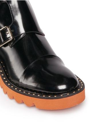 细节 - 点击放大 - STELLA MCCARTNEY - ODETTE铆钉装饰搭带中筒靴