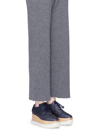 模特示范图 - 点击放大 - STELLA MCCARTNEY - ELYSE闪粉鞋面坡跟系带鞋