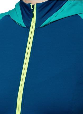 细节 - 点击放大 - MONREAL LONDON - 超轻拼色弹性运动上衣