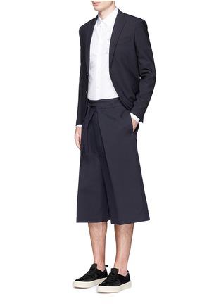 模特示范图 - 点击放大 - Alexander McQueen - 褶裥束腰阔腿短裤