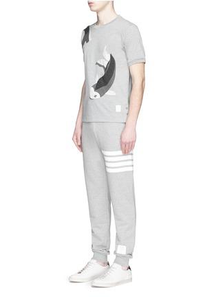 模特儿示范图 - 点击放大 - THOM BROWNE - 拼贴锦鲤纯棉T恤