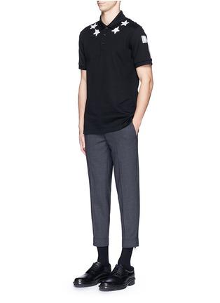 模特儿示范图 - 点击放大 - GIVENCHY BEAUTY - 五角星数字图案纯棉POLO衫