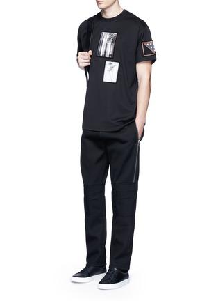 模特儿示范图 - 点击放大 - GIVENCHY - 星条旗及树枝拼贴装饰纯棉T恤