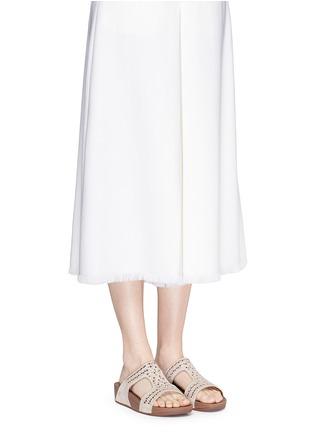 模特儿示范图 - 点击放大 - FITFLOP - 铆钉装饰镂空坡跟凉鞋