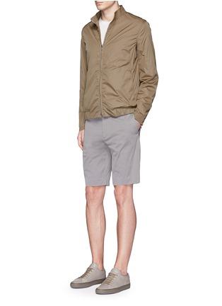 模特儿示范图 - 点击放大 - THEORY - 竖条纹混棉短裤