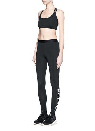 模特示范图 - 点击放大 - BETH RICHARDS - Masi品牌标志打底裤
