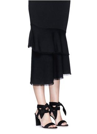 模特示范图 - 点击放大 - JIMMY CHOO - KORA条纹质感绑带绒面皮高跟凉鞋
