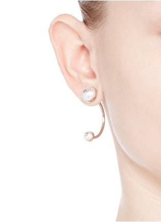 模特示范图 - 点击放大 - VALENTINO - Rockstud仿珍珠铆钉耳环