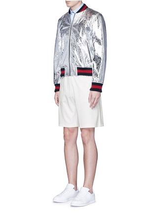 模特儿示范图 - 点击放大 - GUCCI - 条纹蜜蜂刺绣短裤