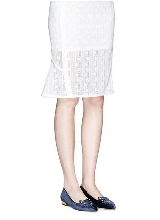 模特儿示范图 - 点击放大 - CHARLOTTE OLYMPIA - Mid-Century Kitty猫脸刺绣尖头平底鞋