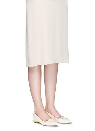 模特示范图 - 点击放大 - CHARLOTTE OLYMPIA - Mid-Century Kitty猫脸刺绣牛皮平底鞋