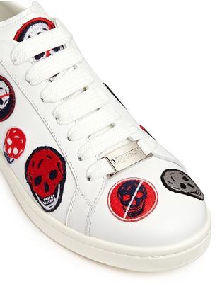 细节 - 点击放大 - Alexander McQueen - 骷髅头造型刺绣拼贴低筒运动鞋