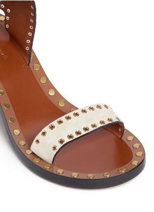 细节 - 点击放大 - ISABEL MARANT  - JAERYN孔扣装饰绒面牛皮高跟凉鞋