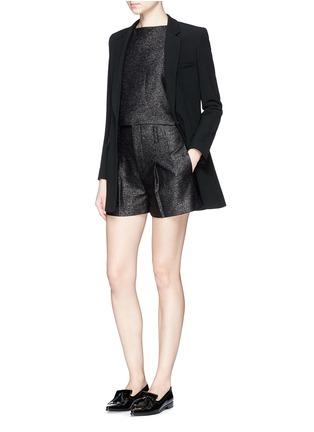 模特示范图 - 点击放大 - ALICE + OLIVIA - 金属条纹褶裥高腰短裤
