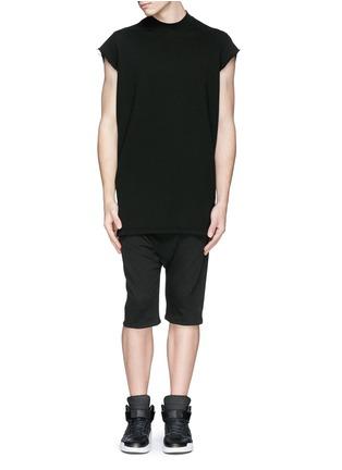 模特儿示范图 - 点击放大 - SIKI IM / DEN IM - 低裆纯棉休闲短裤