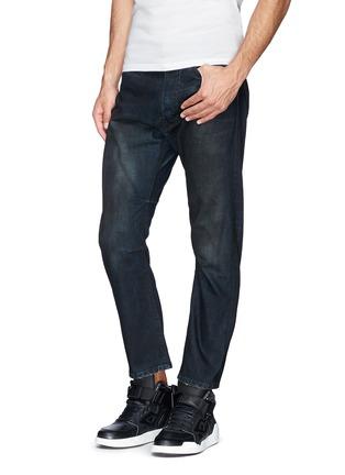 模特儿示范图 - 点击放大 - SIKI IM / DEN IM - 水洗锁边牛仔裤