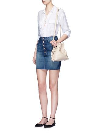 模特儿示范图 - 点击放大 - EQUIPMENT - Knox孔眼系带开襟亚麻衬衫