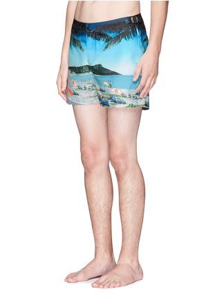模特儿示范图 - 点击放大 - ORLEBAR BROWN - Setter Hulton Getty Waikiki Koo风景图案游泳短裤
