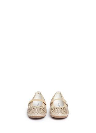 模特儿示范图 - 点击放大 - STUART WEITZMAN - FANNIE儿童款蝴蝶结镂空平底鞋