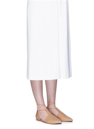 模特儿示范图 - 点击放大 - Vince - Noella系带侧空尖头平底鞋