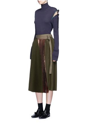 模特示范图 - 点击放大 - MUVEIL - 拼色蝴蝶结高领针织衫
