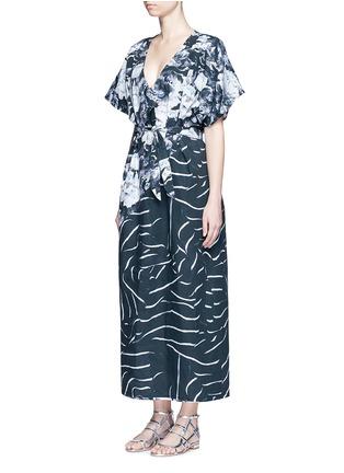 模特示范图 - 点击放大 - WE ARE HANDSOME - 花卉条纹图案纯棉罩衫