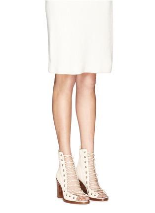 模特儿示范图 - 点击放大 - ANN DEMEULEMEESTER SHOES - 镂空系带真皮粗跟踝靴