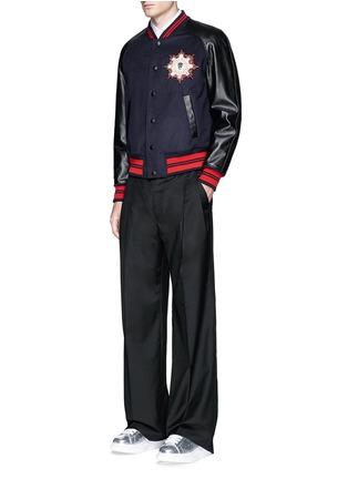 模特儿示范图 - 点击放大 - Alexander McQueen - 仿水晶牛皮拼接棒球夹克