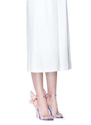 模特示范图 - 点击放大 - SOPHIA WEBSTER - CHIARA蝴蝶花纹拼色高跟凉鞋